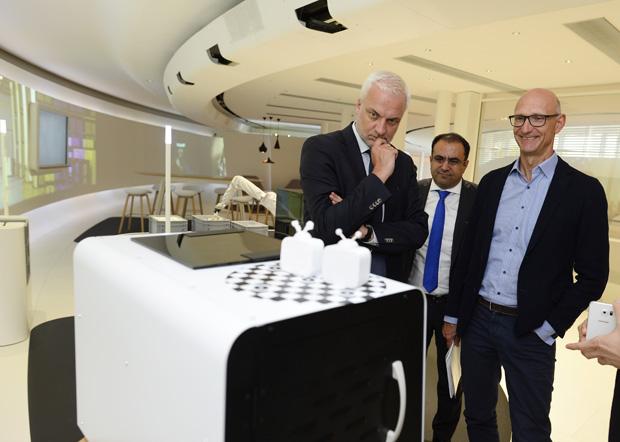 NRW Wirtschaftsminister Garrelt Duin, Goodarz Mahbobi und Timotheus Höttges in der T-Gallery